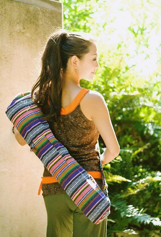 ネパール織り布のヨガマットバッグの写真8 - ヨガをもっと楽しく!健やかになりませんか