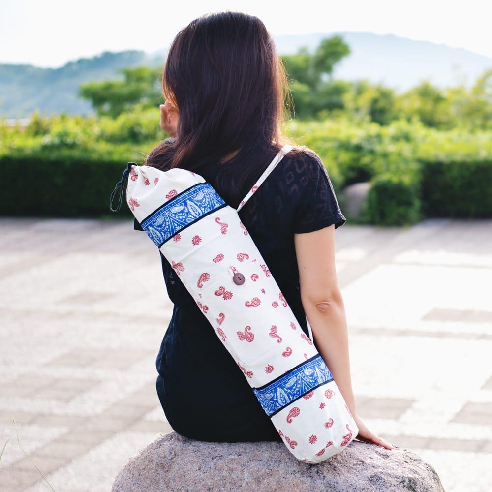 ウッドブロックのコットン ヨガマットバッグ【白】 2 - こちらは木版で更紗模様などが施されております
