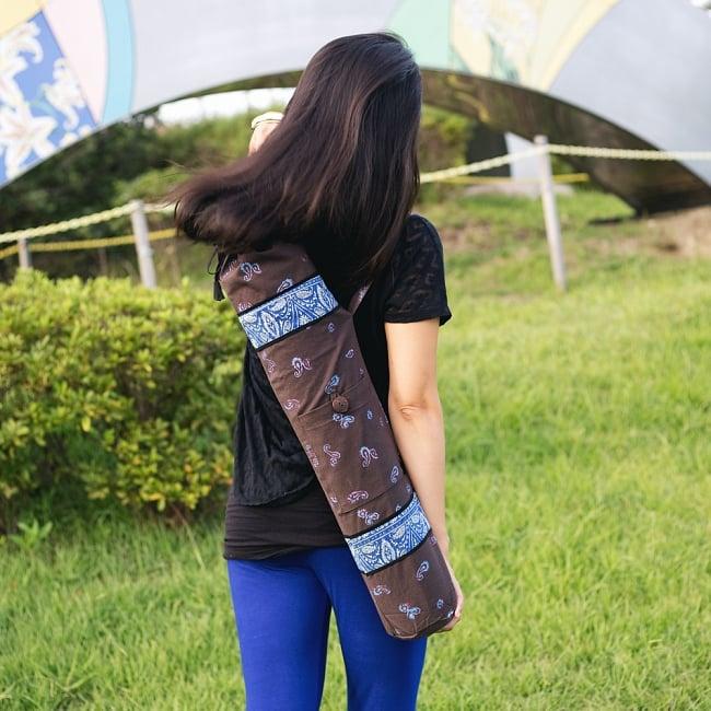 ウッドブロックのコットン ヨガマットバッグ【チャコールグレー】の写真2 - こちらは木版で更紗模様などが施されております