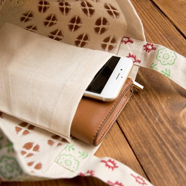 インドの木版染めトートバッグ【クリーム】の写真5 - 携帯電話やキーケースがすっぽり入る内ポケット付きです♪