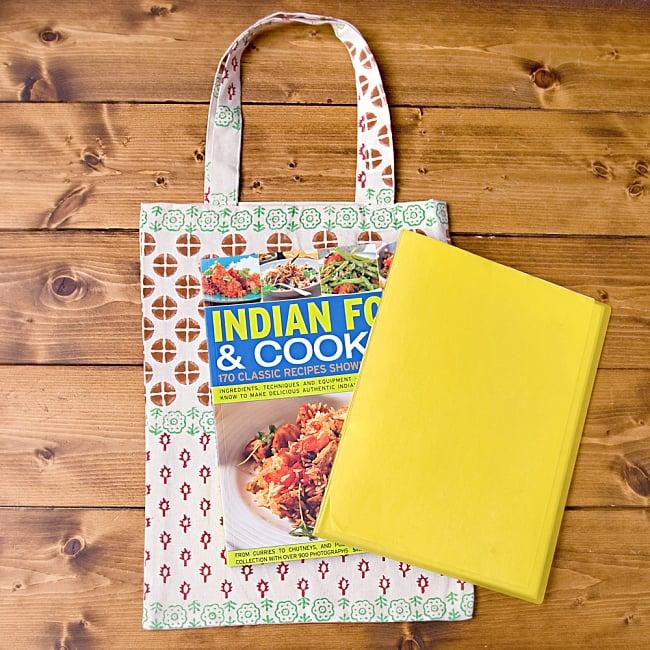 インドの木版染めトートバッグ【クリーム】の写真6 - A4ファイルや、大きめの書籍がすっぽり入る大きさです!