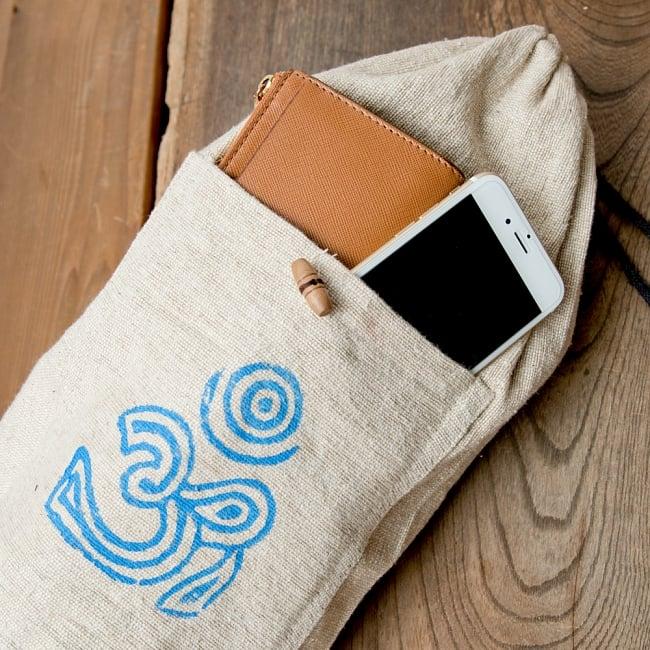 コットンヨガマットバッグ【OM】Mサイズの写真9 - 表にはポケットが付いていて、レッスンカードや携帯などちょっとした物が入ります^^あるととっても便利ですね!