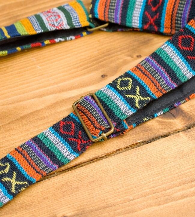 【収納たっぷり!】エスノ刺繍のショルダーバッグ - 赤x黄系の写真11 - 紐も調整できます、紐の頂点から紐の付け根までは60cmです。(写真の商品は同じサイズの色違いです。)