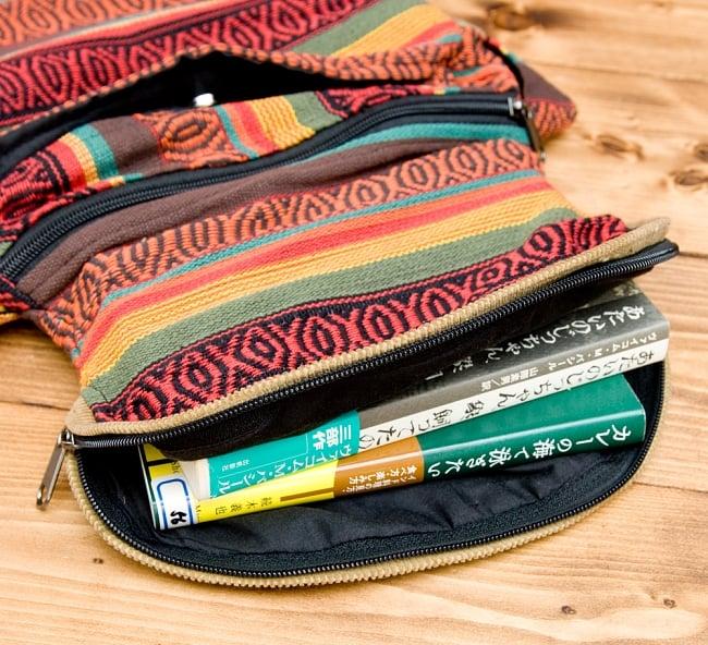 【収納たっぷり!】エスノ刺繍のショルダーバッグ - 赤x黄系の写真5 - バックのフタ部分には収納部分が有ります。縦18.5cm、横13.5cm、厚さ1.5cmの本入ります。