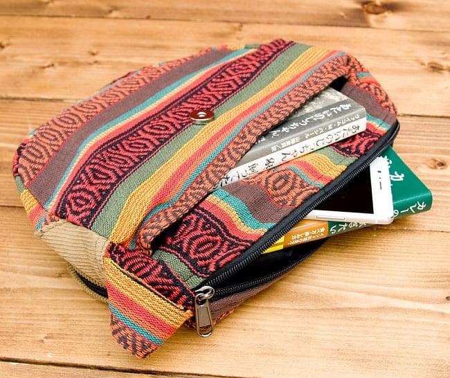 【収納たっぷり!】エスノ刺繍のショルダーバッグ - 赤x黄系の写真6 - バッグの中の収納スペースも十分にあります。