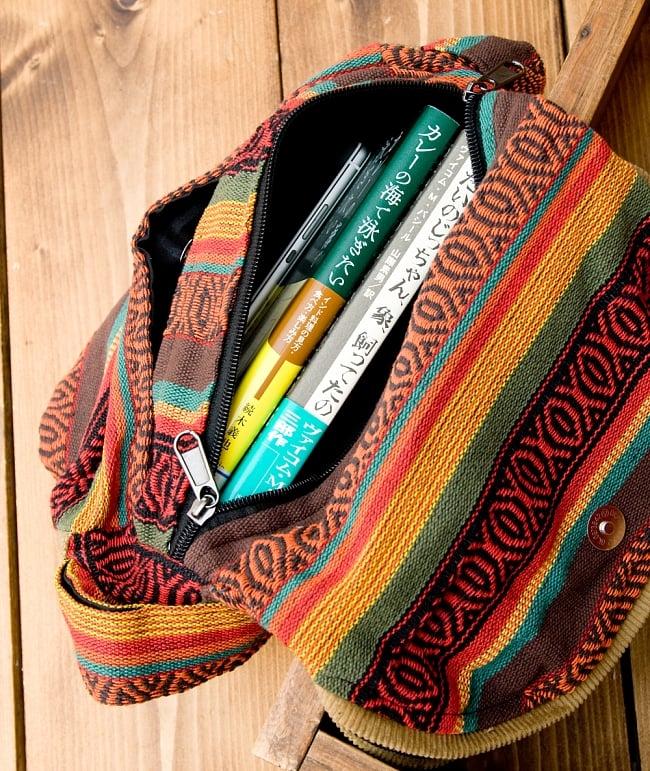 【収納たっぷり!】エスノ刺繍のショルダーバッグ - 赤x黄系の写真7 - 中のジッパーの収納部分はこんなに入ります。(写真の商品は同じサイズの色違いです。)