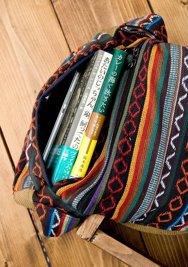 【収納たっぷり!】エスノ刺繍のショルダーバッグ - 赤x黄系 8 - マグネット部分の収納もこんな感じです。(写真の商品は同じサイズの色違いです。)