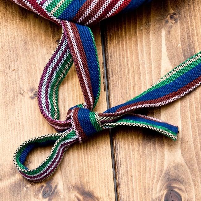 ネパールゲリのバックパック - 青赤緑ストライプ 4 - 肩紐はリュックの根本で結んで留めます。無段階で長さ調整ができます。