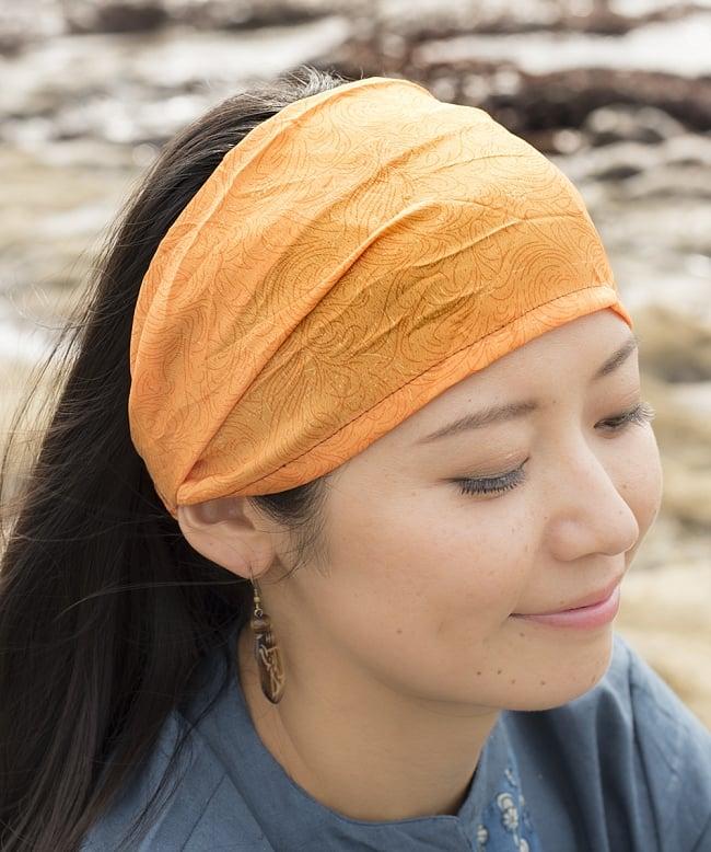 アンティークサリーのヘアバンド 3 - 選択C:黄・オレンジ系の着用例です。