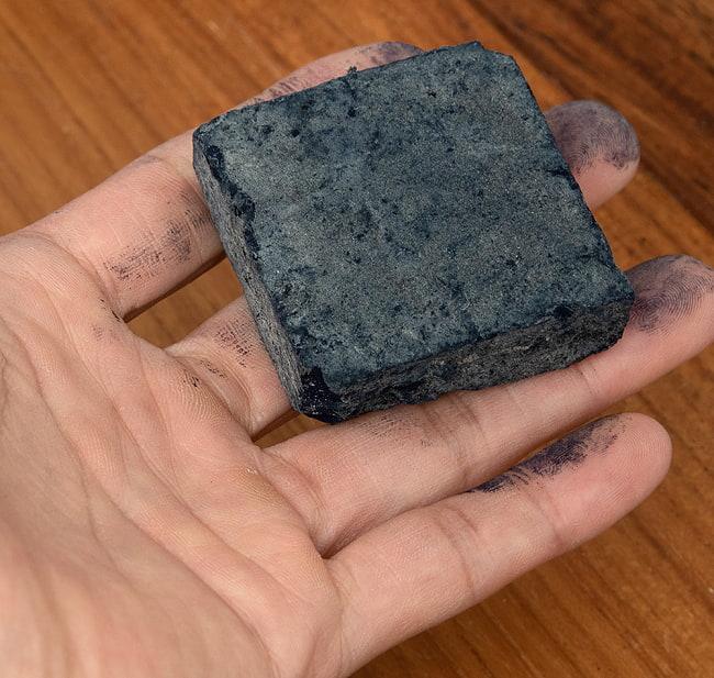インディゴケーキ - インド藍 ブロック 藍染用 【標準品 約100g】 3 - 手に持ってみました。これで50gです。