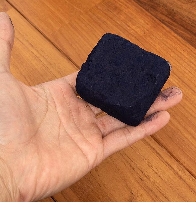 インディゴケーキ - インド藍 ブロック 藍染用 【最高級品 100g程度】 3 - 手に持ってみました。これで100gです。