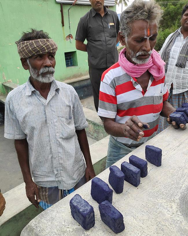 インディゴケーキ - インド藍 ブロック 藍染用 【最高級品 100g程度】 7 - 生産者が自分の作ったインディゴケーキを持ってきてくれました。