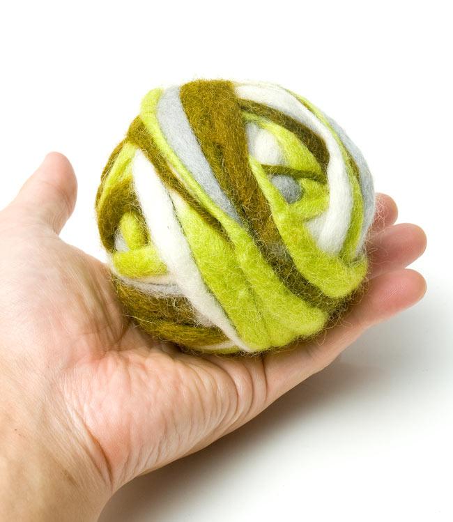 カラーウールボール - 緑×グレー 3 - 大きさを感じて頂くため、手に乗せて見ました。