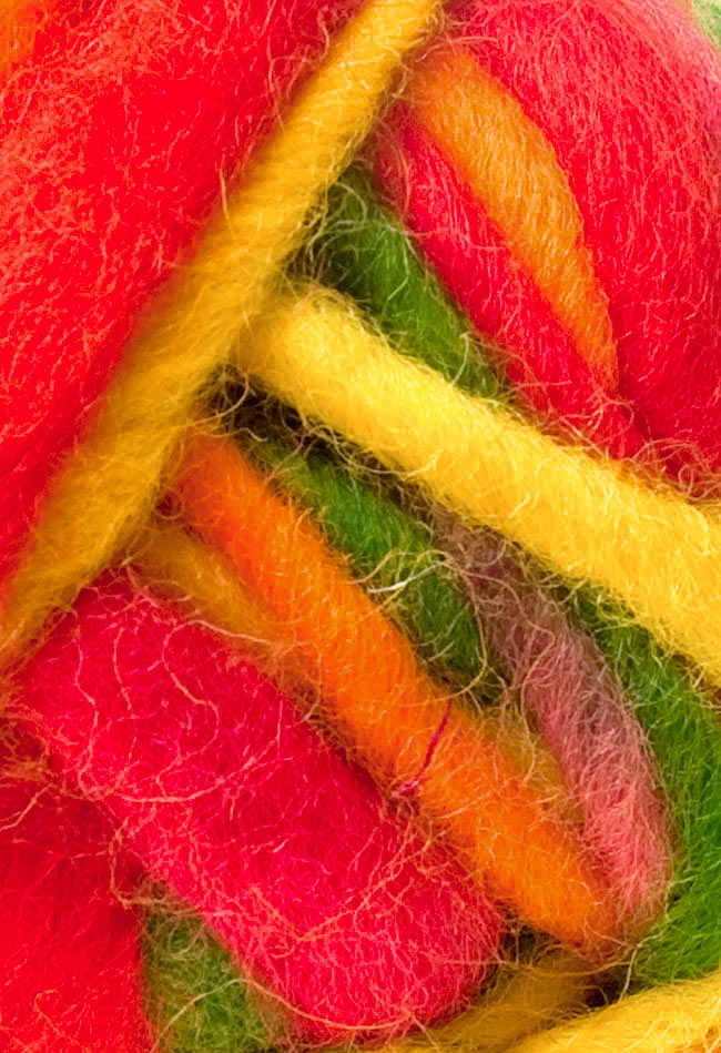 カラーウールボール - 赤×オレンジ×緑の写真2 - 拡大写真になります。