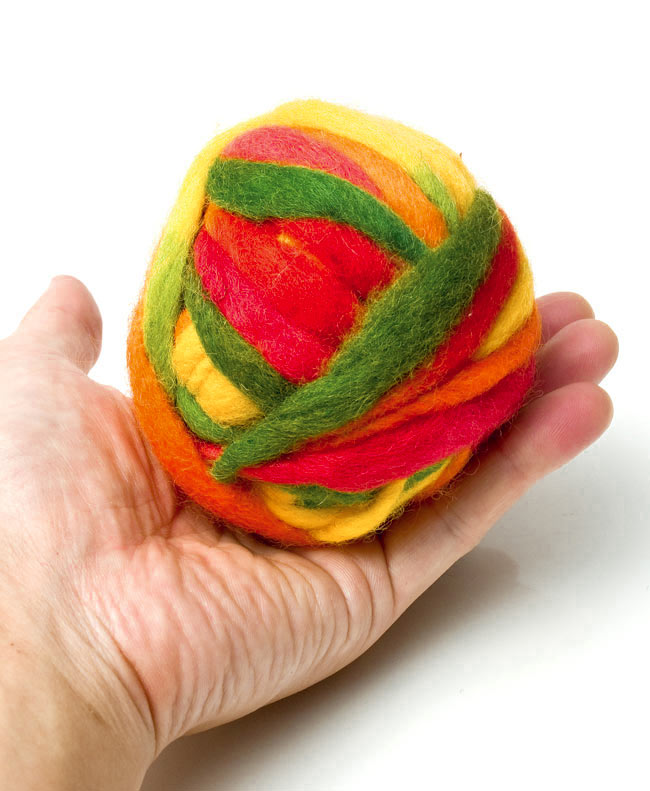 カラーウールボール - 赤×オレンジ×緑の写真3 - 大きさを感じて頂くため、手に乗せて見ました。