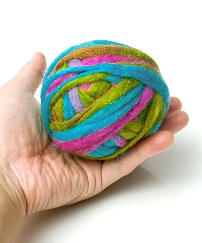 カラーウールボール - 水色×ピンクの写真3 - 大きさを感じて頂くため、手に乗せて見ました。