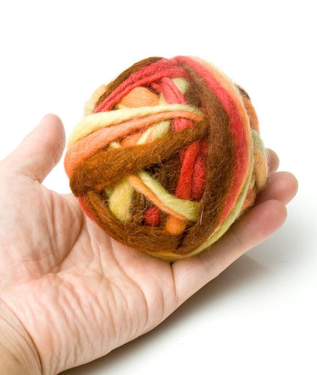 カラーウールボール - 赤×茶 3 - 大きさを感じて頂くため、手に乗せて見ました。