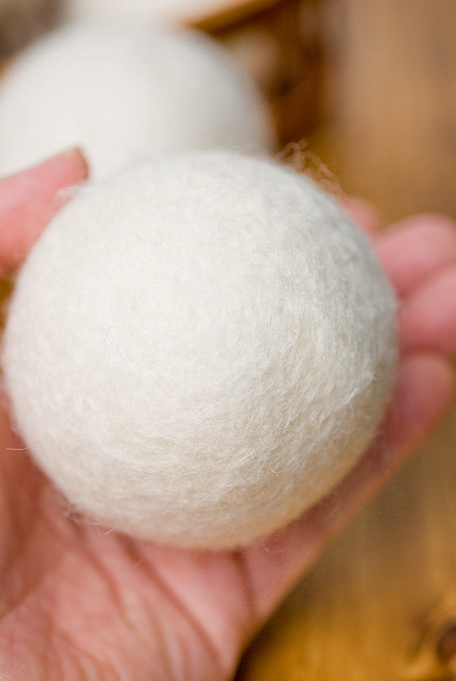 フェルトウールのドライヤーボール 3 - 手にとってみるとこれくらいの大きさです。