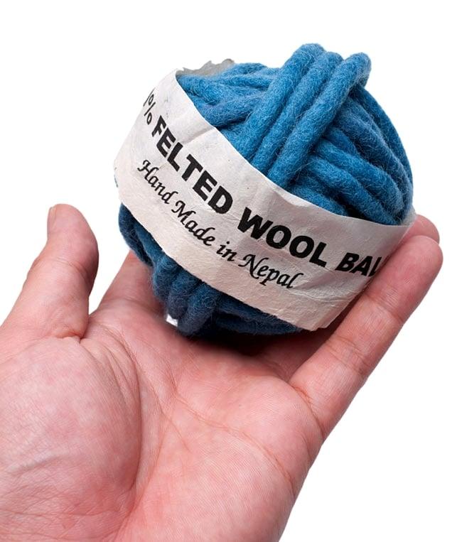 フェルトウールボール - グリーン 3 - サイズを感じていただく為、手に持ってみたところです。(以下の写真は同ジャンル品のものとなります。)