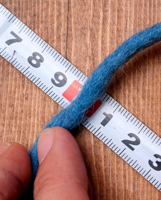 フェルトウールボール - ダークグレー 5 - だいたいの目安として、糸の太さは5mm前後ぐらいです。