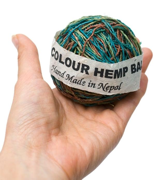 〔手芸用〕カラーヘンプボール-細糸 【緑系MIX】の写真3 - 手に持ってみました。大きさが分かりますね。