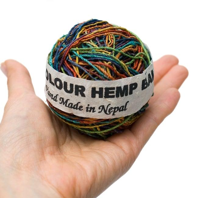 〔手芸用〕カラーヘンプボール-細糸 【マルチカラーMIX】の写真3 - 手に持ってみました。大きさが分かりますね。