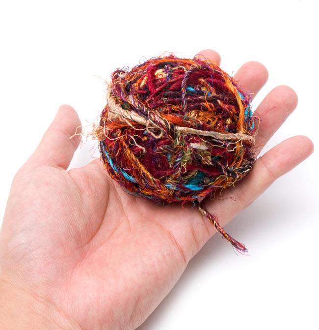 シルク・リサイクル・カラフル・スレッドボール 3 - 同じ大きさのものを手に持ってみました。大きさが分かりますね。