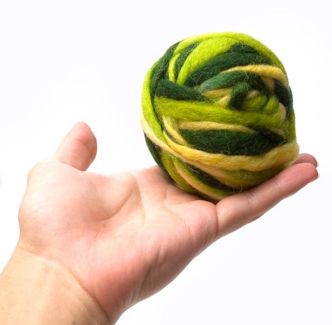 カラーウールボール - 緑×黄緑 3 - 大きさを感じて頂くため、手に乗せて見ました。