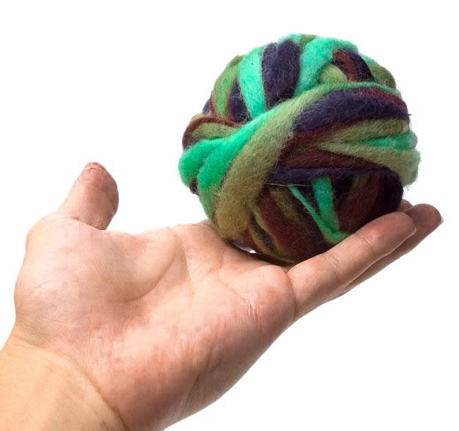 カラーウールボール - 薄緑×紺の写真3 - 大きさを感じて頂くため、手に乗せて見ました。