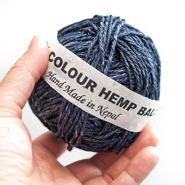 〔手芸用〕カラーヘンプボール - ネイビー 3 - 手に持ってみたところです