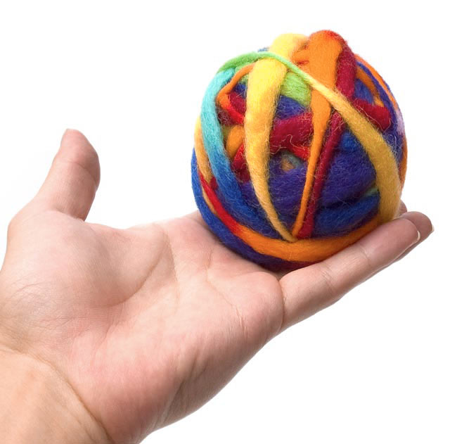 カラーウールボール - レインボーの写真3 - 大きさを感じて頂くため、手に乗せて見ました。