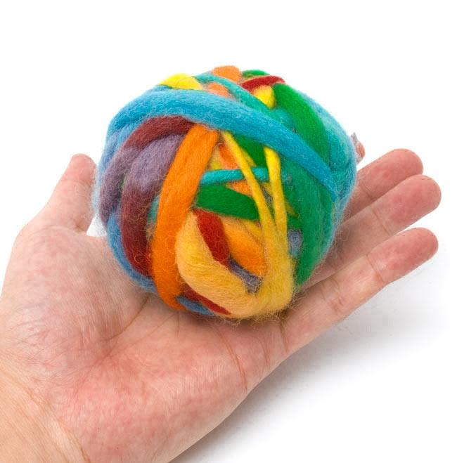 カラーウールボール - 寒色系MIXの写真3 - 大きさを感じて頂くため、手に乗せて見ました。