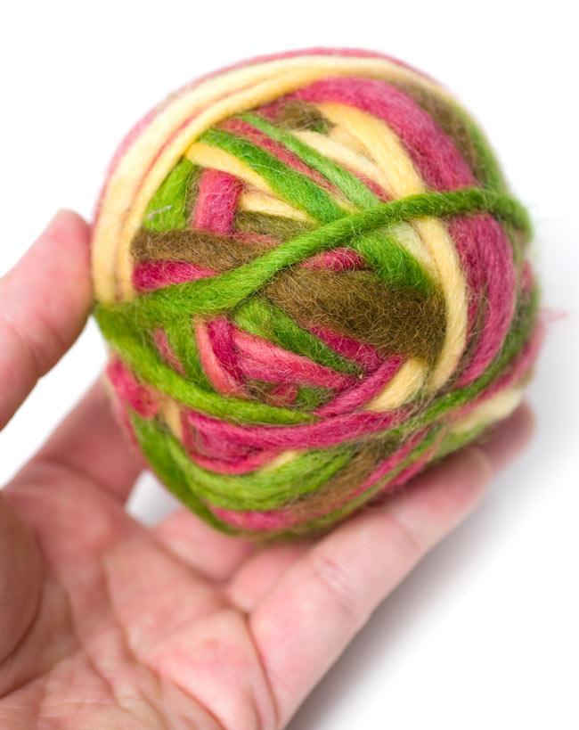 カラーウールボール - 白×緑×桜の写真3 - 大きさを感じて頂くため、手に乗せて見ました。