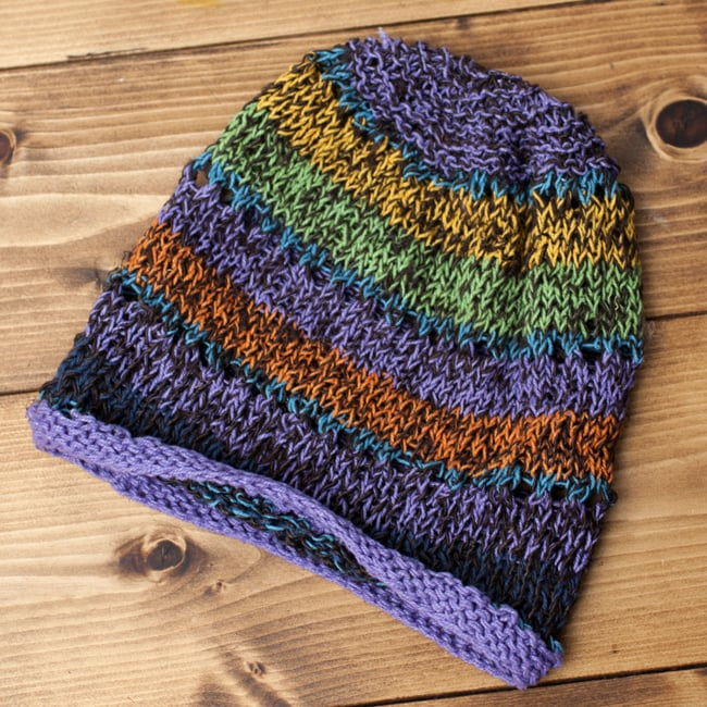コットンのボーダーニット帽 【紫系】 3 - 平らなところに置いてみました。室内ではこんな感じ。