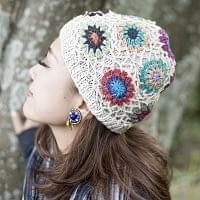 お花刺繍のニット帽 - ホワイト