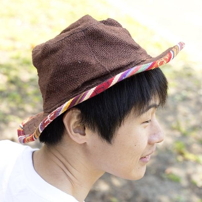 シンプルジュートとカラフルブリムのハット 3 - B:ブラウンの着用例です。チョコレート色でシックな感じです。