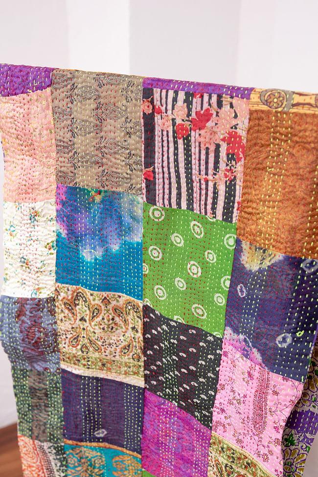 【アソート】インドのカンタ刺繍スカーフ (約200cm×約45cm) 2 - 斜めから撮ってみました。全体に刺し子がしてあるのでとても丈夫です。