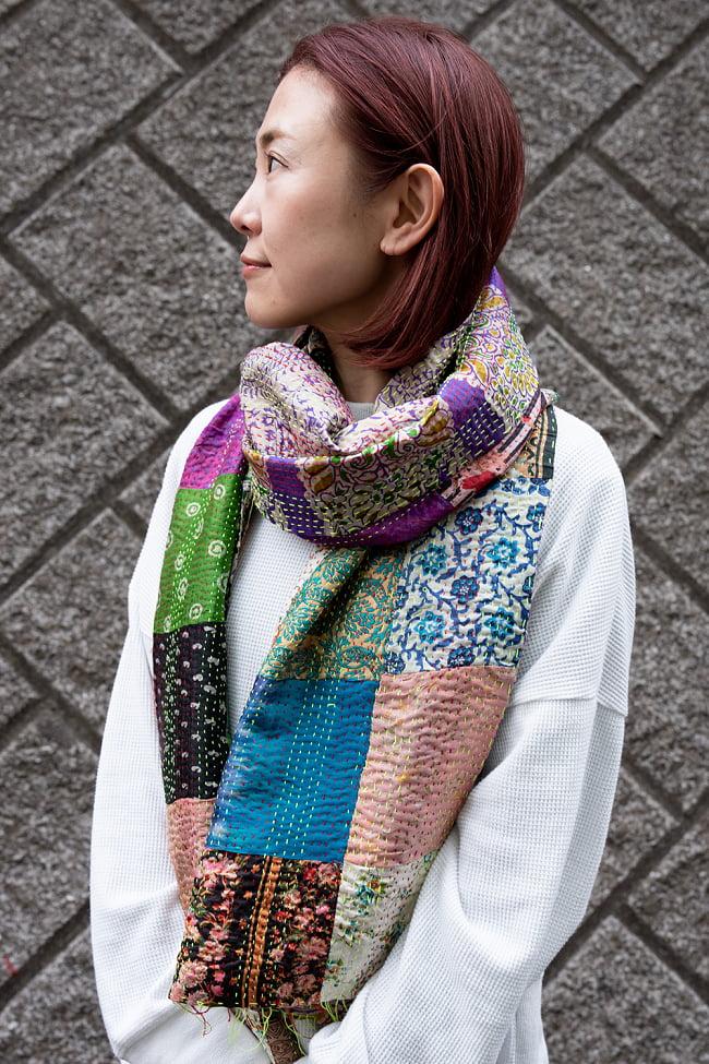 【アソート】インドのカンタ刺繍スカーフ (約200cm×約45cm) 8 - 実際に首に巻いてみました。ちょうどよいサイズ感です。