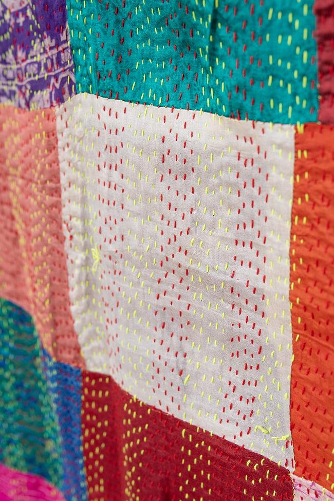 【アソート】パッチワークのカンタ刺繍ショール (約95cm×約190cm) 3 - 商品をアップにしてみました。糸と布の色の組み合わせがとても美しいです。