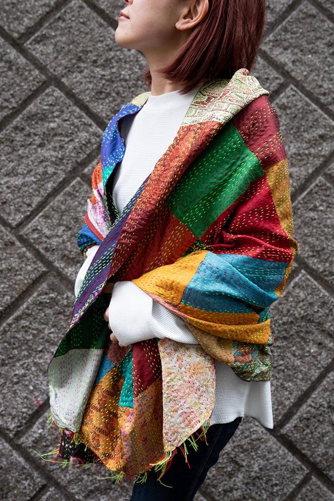 【アソート】パッチワークのカンタ刺繍ショール (約95cm×約190cm) 8 - 肩から掛けてみました。使いやすい大判サイズです。