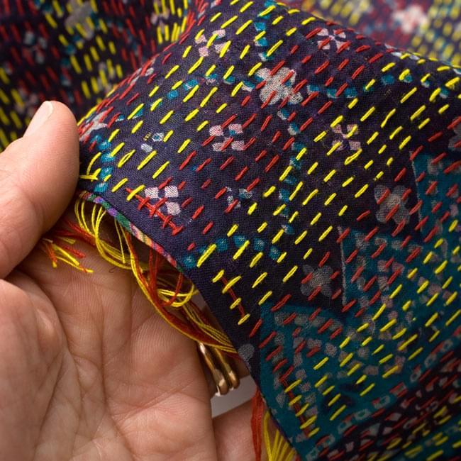 【1点物】インドのカンタ刺繍ショール (214cm×54cm) 11 - 手に持ってみました。生地は薄いのでショールとしてとても使いやすいです。(こちらは色違いの商品です)