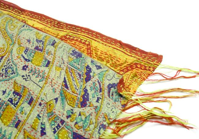【1点物】インドのカンタ刺繍ショール (214cm×54cm) 12 - ざっくりと裁断されており、きちんとした長方形ではありません。このように端がきちんと合わないことも多々ありますので、ご理解の上お買い求め下さい。(こちら色違いの商品です)