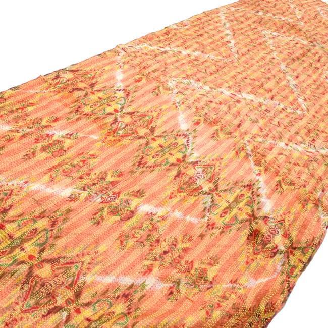 【1点物】インドのカンタ刺繍ショール (214cm×54cm) 2 - 斜めから撮ってみました。全体に刺し子がしてあるのでとても丈夫です。