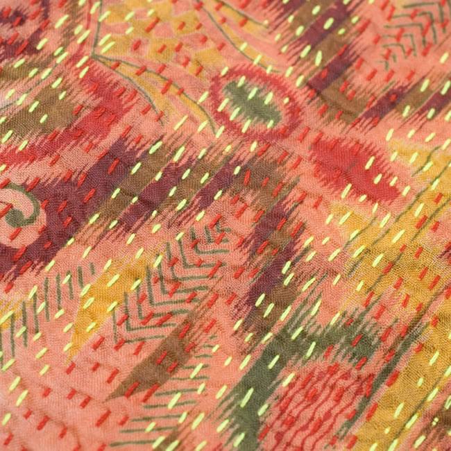 【1点物】インドのカンタ刺繍ショール (214cm×54cm) 3 - 商品をアップにしてみました。糸と布の色の組み合わせがとても美しいです。