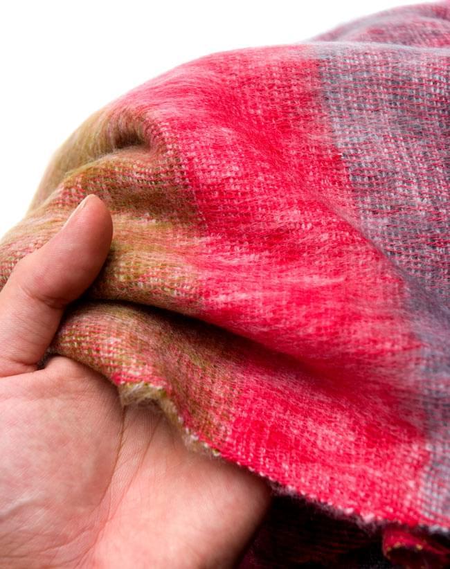 はたおり起毛ふんわりショール - ボーダー系の写真4 - 手触りが良くふんわり暖かいので、寒い季節にもぴったりです。