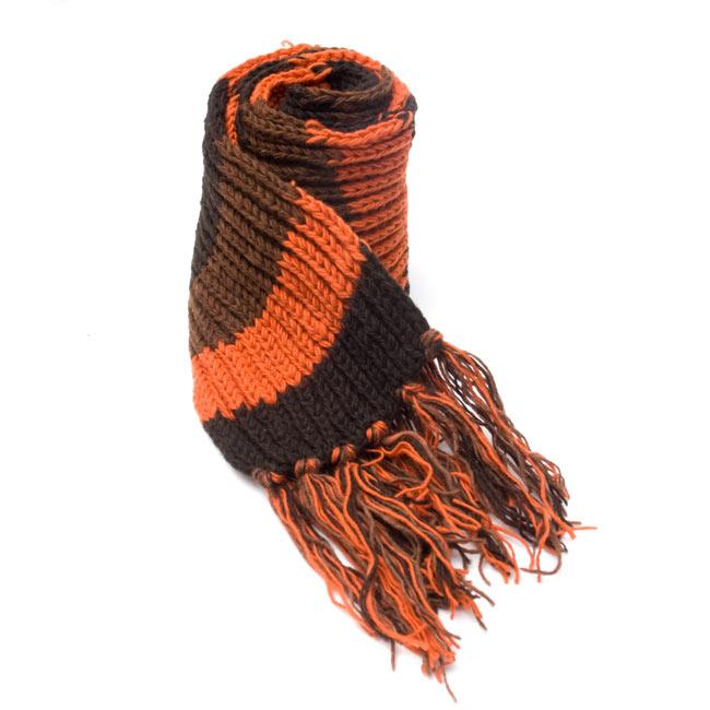 カラフルボーダーレトロマフラー 【オレンジ×茶】 6 - しっかり編んであるから、こんな風に自立もしちゃいます。程よいボリュームでとても使いやすいですよ!