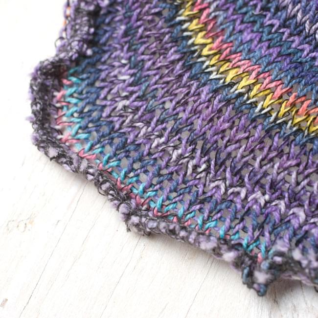 何通りも楽しめる!魔法のスヌード 【パープル】 4 - 端は編みっぱなしでクルンとなっています。