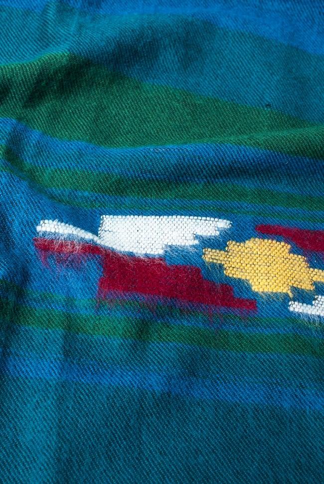 ワイドボーダーの機織りストール - 菱形模様入り 青&緑系 6 - ちかくで繊維の様子を見てみました。柔らかく、体温を逃しません。