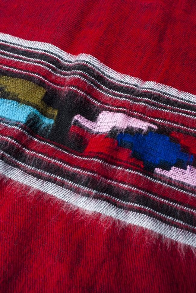 ワイドボーダーの機織りストール - 菱形模様入り 赤系 6 - ちかくで繊維の様子を見てみました。柔らかく、体温を逃しません。