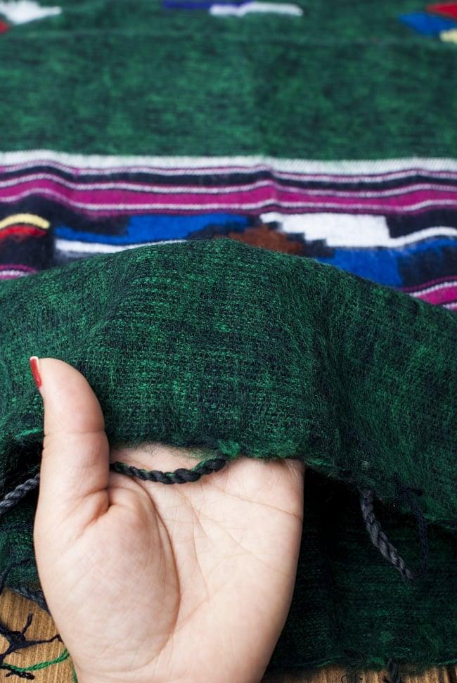 ワイドボーダーの機織りストール - 菱形模様入り 濃グリーン系 7 - 軽やかで暖かい手触りです。